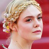 Auch das Flechtstyling mit Blümchen im Haar passt perfekt zu Ellesromantischem Look.
