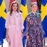 Zum ersten Mal trug Prinzessin Victoria das hübsche Midi-Kleid am 17. Oktober 2018. Victoria und Daniel besuchten Jordanien, bei der Begrüßung durch König Abdullah und Königin Rania gewinnt Victoria in diesem Kleid locker das Styleduell gegen die stets stilsichere Rania.