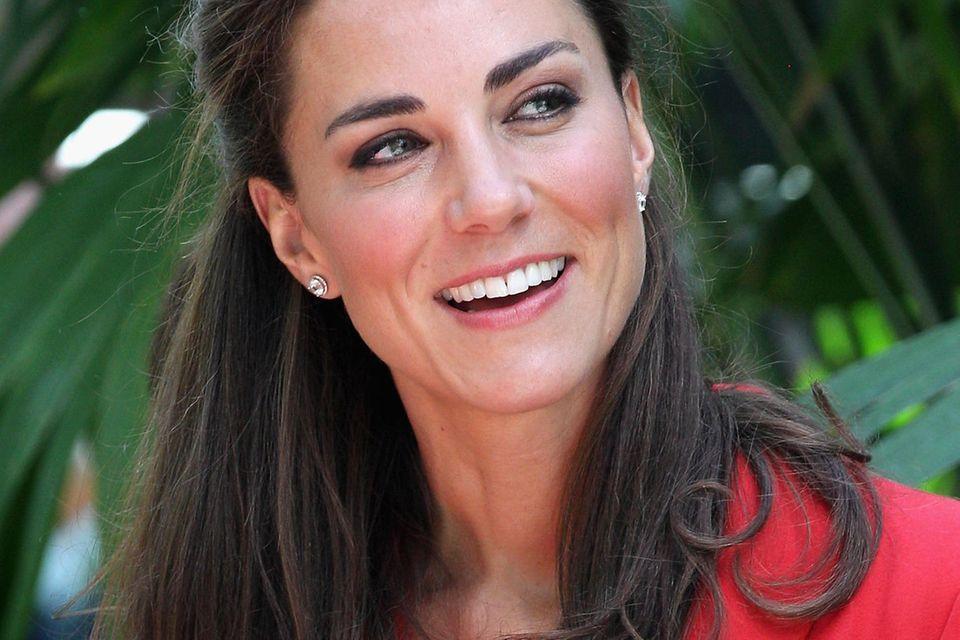 2011 akzentuiert Herzogin Catherine bei einem Staatsbesuch in Kanadaihr signalrotes Outfit mit einer geschichtsträchtigenBrosche in Form eines Ahornblatts.