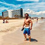 Über 24 Kilogramm in vier Monaten verliert Sam Eisenstein und zeigt seinen großen Abnehmerfolg stolz auf Instagram. Am Strand von Ibiza posiert der 46-Jährige für Erinnerungsfotos und präsentiert seinen fitten Muskel-Body. DasDiät-Geheimnis behält Sam bislang jedoch für sich.