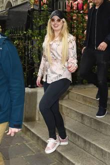 Während Stiefmutter Melania Trump aktuell durch Japan reist und einen Luxus-Look nach dem anderen trägt, zeigt sich Tiffany Trump in einem echten Schnäppchen-Teil. Sie trägt eine rosafarbene Bluse mit Knotenprint von Zara für schlappe 20 Euro.