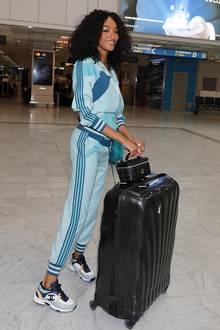 In einem Luxus-Freizeit-Outfit wird Jourdan Dunn am Flughafen von Nizza gesichtet. Das 28-jährige Model reist in einem edlen Trainingsanzug von Zimmermann für rund 1.700 Euro und flitzt in etwa 1.000 Euro teuren Chanel-Sneakern über den Airport. Hinter sich her zieht Jourdan einen großen schwarzen Koffer sowie dasRockstar Vanity Case des Labels MCM für rund 500 Euro. Insgesamt schlägt dieser vermeintliche Schlabber-Look mit einem Kostenpunkt von 3.200 Euro zu Buche – Donnerwetter!