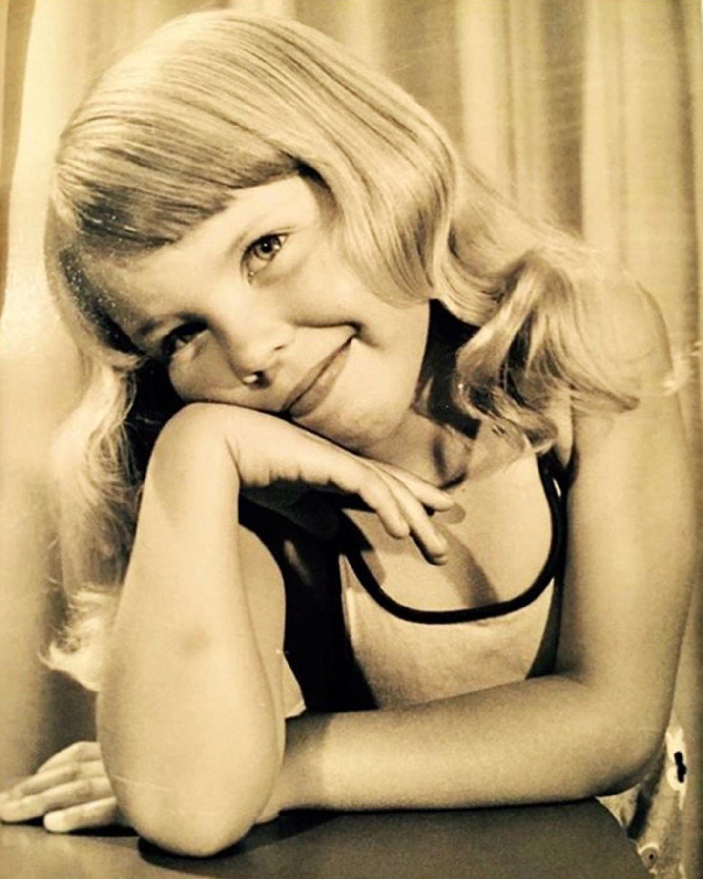 """Kylie Minogue   """"Wenn dieses kleine Mädchen nur gewusst hätte, was die Zukunft für sie bereithalten würde"""".  Mit diesem bezaubernden Kinderfoto als blonder Goldengel bedankt sich Kylie Minogue, die heute am 28. Mai ihren 51. Geburtstag feiert, für die vielen Glückwünsche."""