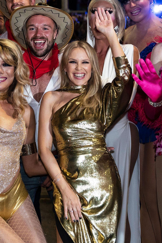 Eine Weltkarriere als Schauspielerin und Sängerin hielt die Zukunft für Kylie Minogue bereit. Eine Familie und Kinder waren für die Pop-Ikone allerdings noch nicht dabei. Zuletzt war sie mit dem 19 Jahre jüngeren Schauspieler Joshua Sasse verlobt. Das Paar trennte sich jedoch im Februar 2017.