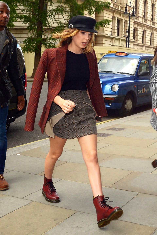 """28. Mai 2019  """"Stranger Things""""-Star Millie Bobby Brown hat's ganz eilig, in ihr Londoner Hotel zu kommen. Die britischen Paparazzi habe trotzdem ein paar Schnappschüsse von ihr erwischt."""