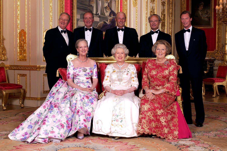 Vordere Reihe: Königin Margrethe, Queen Elizabeth, Königin Beatrix  Hintere Reihe: König Albert,König Juan Carlos, König Harald, König Carl Gustaf, Großherzog Henri von Luxemburg