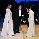Glamouröser, letzter Abend in Tokio: Japans Kaiser Naruhito und seine Frau, Kaiserin Masako, bitten Melania und Donald Trump zum Staatsbankett. Zu diesem Anlass hat sich die First Lady in eine atemberaubende Abendrobe geworfen - farblich scheint sie sich ein wenig mit Kaiserin Masako abgesprochen zu haben.