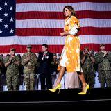 Von Tokio aus geht es für First Lady Melania Trump und Präsident Donald Trump weiter nach Yokosuka. In neongelben Louboutin High-Heels und einem weißen Mantel mit orangefarbenen Akzenten von Dries van Noten glänzt Melania auf der Bühne des Memorial Day Events. Doch bei ihrer Ankunft in Yokosuka lässt es die First Lady noch entspannter angehen ...