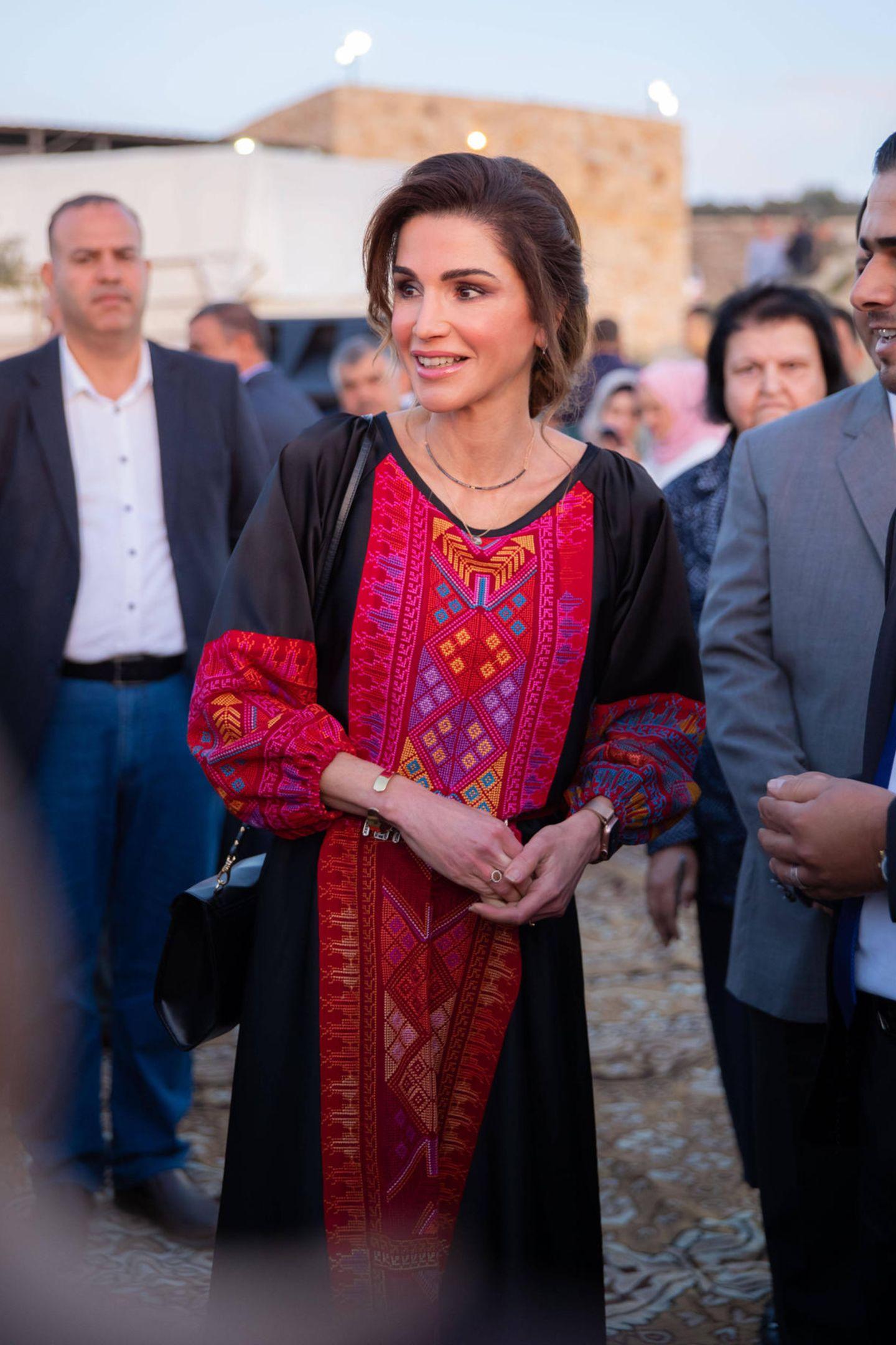 """Königin Rania von Jordanien nimmt in Tafileh an""""Iftar"""" teil, dem gemeinsamen traditionellen Fastenbrechen. Ihr farbenfrohes Maxikleid findet die perfekte Balance zwischen modisch-modern und konservativ-zurückhaltend."""