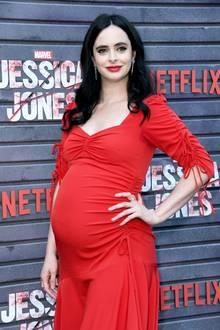 """Als Lady in Red posiert Schauspielerin Krysten Ritter auf dem Red Carpet zum Special Screening der Netflix-Serie """"Jessica Jones"""". Krystens hübsches Kleid überzeugt mit raffinierten Details und Raffungen - doch vermutlich schaut kaum jemand auf ihr perfektes Styling ..."""