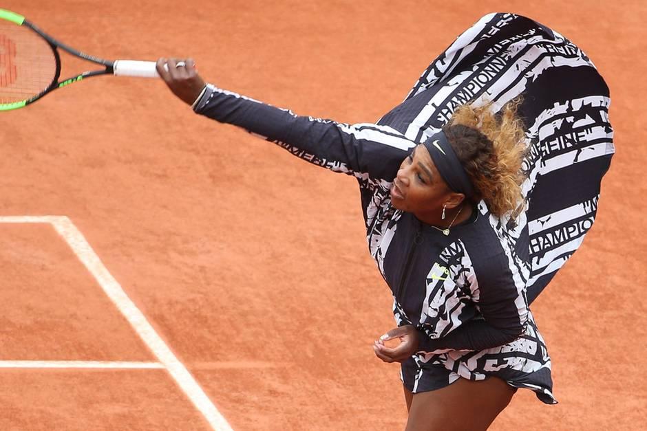 Championne, Reine, Mere - auf dem Outfit von Serena Williams liest man die französischen Worte für Champion, Königin und Mutter.