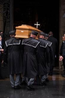 Um kurz nach acht Uhr morgens wird der Sargvon Mitarbeitern des Bestattungsunternehmens in den Wiener Stephansdom getragen.
