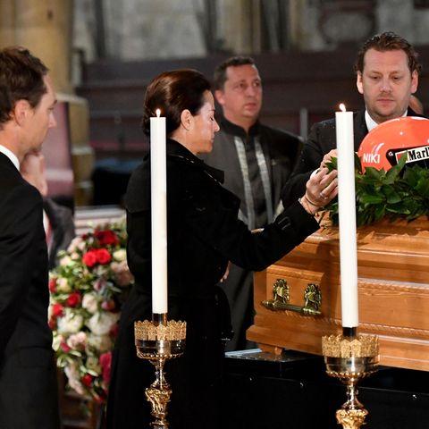 Die tiefe Trauer steht den hinterbliebenen Angehörigen ins Gesicht geschrieben.