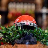 Der alte Rennhelm erinnert an die großen Erfolge, die Niki Lauda feierte. Dreimal wurde er Weltmeister.
