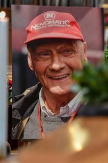 Einaufgestelltes Foto erinnert an den legendären Rennfahrer.