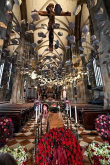 Der Wiener Stephansdom ist mit vielen prächtigen Blumenkränzen geschmückt.