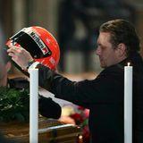 Sohn Lukas postiert den Helm seines Vaters auf dem Sarg.