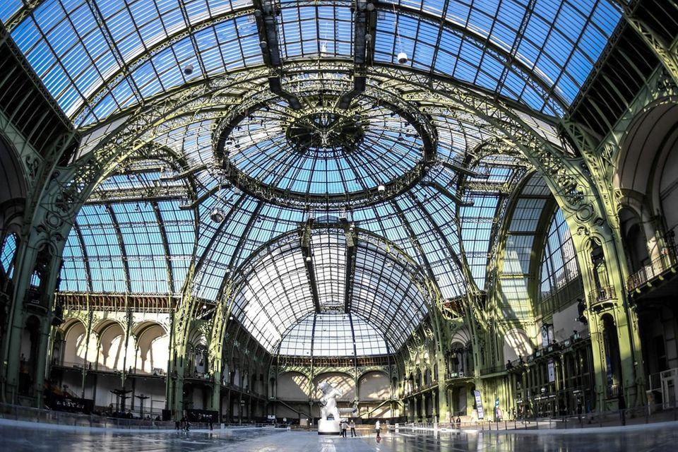 Im Grand Palais werden 2.500 geladene Gäste Abschied vom Modezar nehmen.