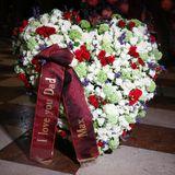 """""""I love you, Dad"""", steht auf dem großen Herz aus Blumen, das im Namen von Niki und Birgit Laudas neunjährigen Zwillingen Max und Mia aufgestellt ist."""