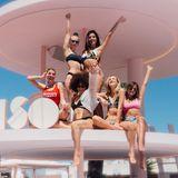 """Im berühmten Art Hotel """"Paradiso"""" auf Ibiza shooteten Laura Noltemeyer von Designdschungel, Carmen Mercedes alias Carmuska und Co. die neuesten Trends für die kommenden Sommermonate."""