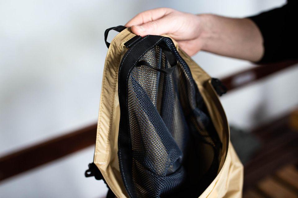 """Die Dirty-Bag von SportHacks sieht auf den ersten Blick kein bisschen """"dreckig"""" aus. Im Gegenteil. Von außen ist sie clean und gold. Von innen überzeugt sie mit einem modularen Wäschenetz, das man nach dem Sport ganz einfach in die Maschine schmeißen kann."""