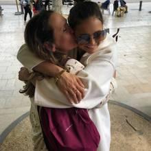Wie süß! Nina Dobrev stattet ihrer Mutter in Frankreich einen Besuch ab und teilt auf Instagram einen schönen Schnappschuss, auf dem sich Mutter und Tochter fest umarmen.
