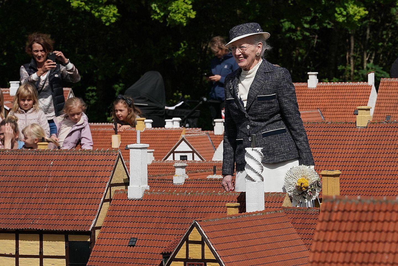 28. Mai 2019  Die Sommertour derdänischen Königinhat begonnen. Am ersten Tag ihrer Reise stattet Königin Margretheder Miniaturstadt Kjøge-Miniby in Køge einen Besuch ab und spaziert fasziniert durch die kleine Stadt.