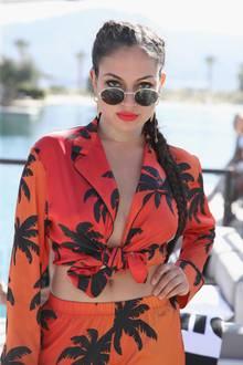 Die Boxer Braids von YouTuberin Inanna Sarkis unterstreichen ihren tropischen Look und machen Lust auf Urlaub.