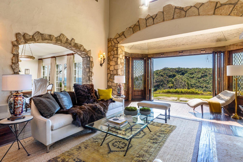 Mel Gibsons traumhafte in Villa in Malibu steht zum Verkauf. In dem offenen Wohnzimmer mit großen Fenstertüren hat der Schauspieler in den letzten elf Jahren mit Sicherheit viele schöne Stunden verbracht.