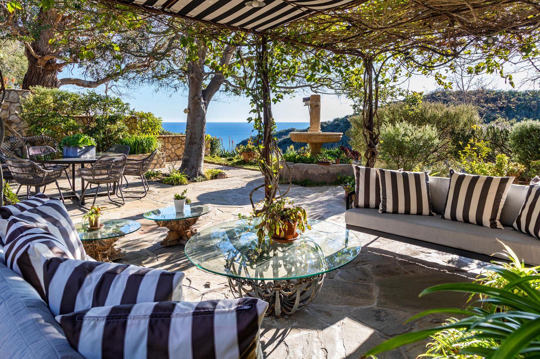 Die große Terrasse mit Blick aufsMeer und dieromantische,mit Weinreben bewachsenen Pergola lädt zum Verweilen im Freien ein.