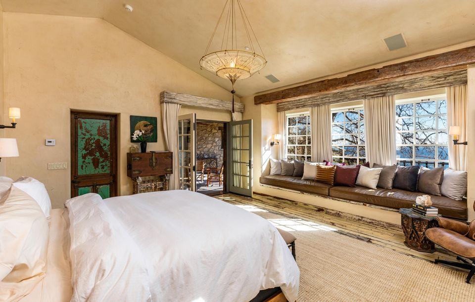 In dem großzügigen Anwesen des Schauspielers befinden sich auf 6.578 Quadratmetern unteranderem fünf Schlafzimmer, fünf Bäder und ein Fitnessraum. So viel Luxus hat seinen Preis: Das Zuhause des Schauspielers kostet14.495 Millionen Dollar.