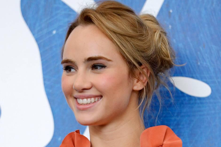 Einfache Frisuren sind auch bei den Stars beliebt: Suki Waterhouse hat sich auf dem Filmfestival von Venedigfür einen Messy Bun entschieden.