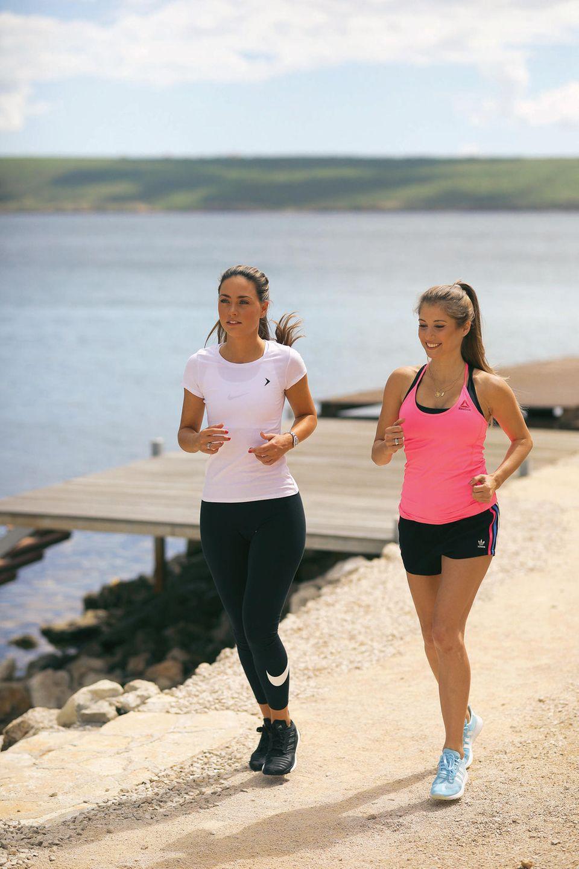 Zwillingsschwestern? Nein, aber Freundinnen mit demselben Modegeschmack. Cathy Hummels und Franca Lehfeldt beim Yoga-Retreat von eBay in Kroatien.