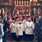 Dicht gedrängt stehen die vielen Trauergäste im Stephansdom, während die Messe gefeiert wird.