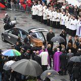 Anschließend wird der Sarg in den Wagen der Bestattung gehoben. Die Beisetzung soll im engsten Familienkreis stattfinden.