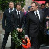 Mathias Lauda hält den Lorbeerkranz, Lukas Lauda den Rennhelm.