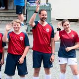 29. Mai 2019  Vor dem Anpfiff des alljährlichen Freundschaftsspiels zwischen Team Skaugum und Asker United begrüßen Prinz Sverre Magnus, Prinz Haakon,Prinzessin Ingrid Alexandra und Prinzessin Mette-Marit die Zuschauer herzlich.