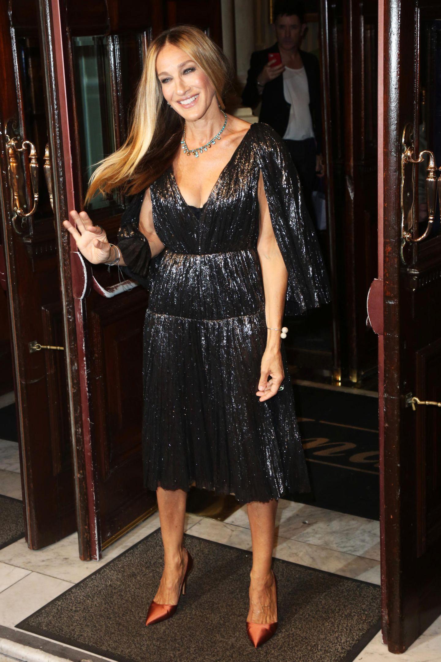 Sarah Jessica Parker präsentiertsich in London gewohnt stilsicher und beweist mit ihrem Look, wie stylisch Stil-Mix sein kann.