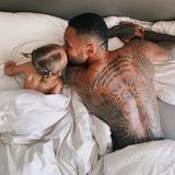Wie süß! Zum Vatertag postet Sarah Harrison dieses niedlicheFoto von ihrem Ehemann Dominic und der gemeinsamen Tochter Mia Rose.