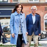 Bei einem royalen Termin in Kopenhagen trägt Prinzessin Mary ein auf den ersten Blick eher unscheinbares Outfit, doch unter ihrem hellblauen Mantel versteckt sich ein modisches It-Piece.