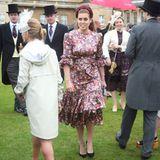 """Prinzessin Beatrice hingegen wählte ein floral gemustertes Seidenkleid von """"The Vampire's Wife"""" für rund 1.700 Euro. Im Vergleich zuEugenies Dress, welches durch die Transparenz verspielt sexy wirkt,ist BeasKleiderwahl fast schon ein wenig spießig."""