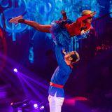 """Während der Show kann man jedoch beobachten, wie Pascals Bauch von Tanz zu Tanz weniger wird. """"Ich habe schon so sechs Kilo abgenommen"""", freut sich der ehemalige Nationalspieler über sein wieder erlangtes Idealgewicht."""