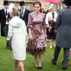 """Bei der Royal Garden Party im Buckingham Palast ist Prinzessin Beatrice definitiv die schönste Blüte. Sie glänzt in einem floral gemusterten Seidenkleid des Labels """"The Vampire's Wife"""" für rund 1.700 Euro. Doch dazu kombiniert sie ein wirklich erschwingliches Accessoires ..."""
