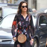 Zu einem wirklich eleganten Maxi-Dress wählt Katie Holmes eher lässige Accessoires. Sie schlüpft in bequeme Pantoletten und setzt sich eine echt coole Sonnenbrille auf. Das Highlight: ihre runde Rattan-Tasche, die 2019 voll im Trend ist!