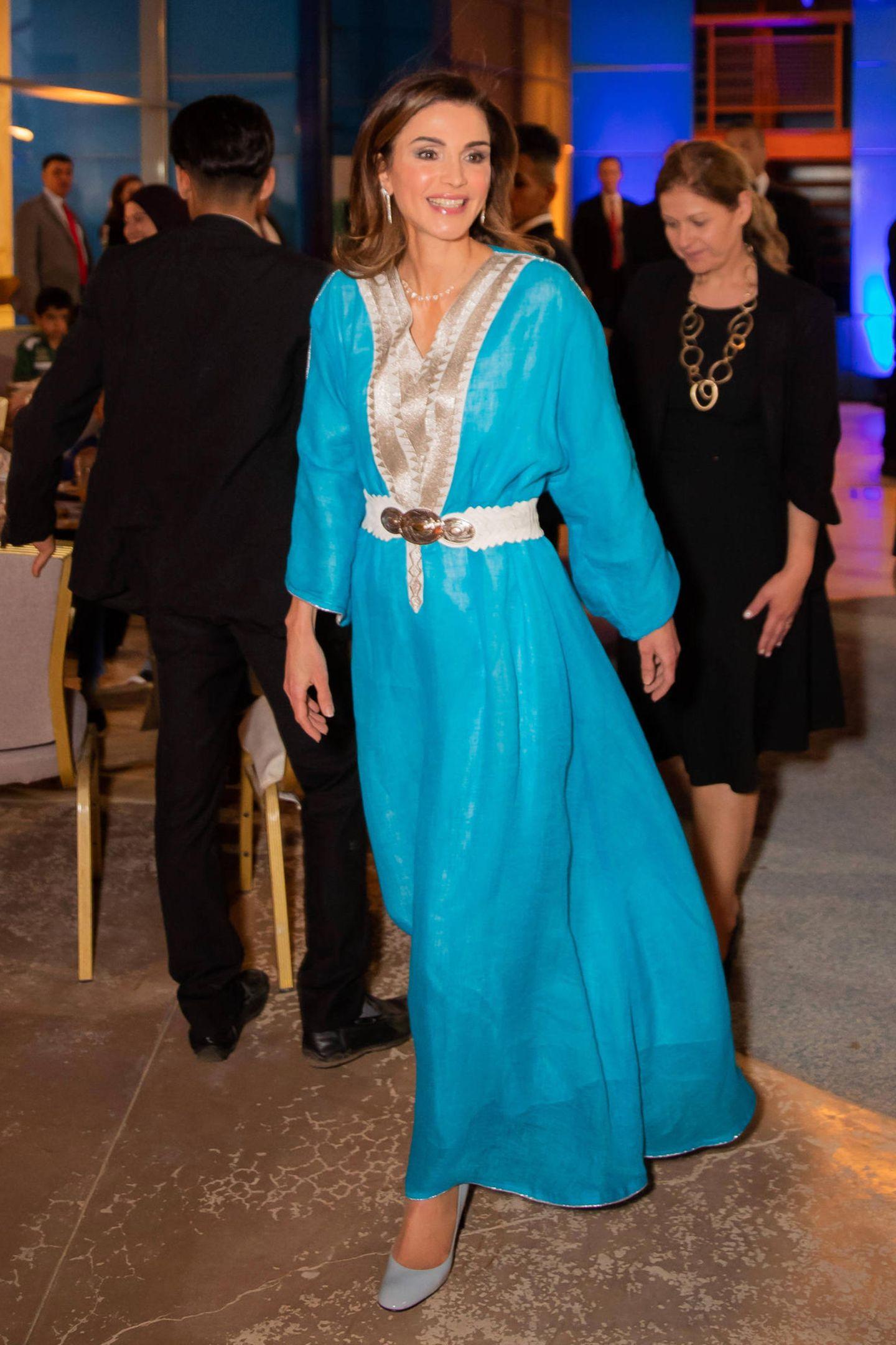 Für einen märchenhaften Auftritt sorgt Königin Rania in Jordanien. Ihr hellblaues Seidenkleid erinnert an die Figur der Prinzessin Jasmin aus Disney's Aladdin und steht der 48-Jährigen ausgezeichnet! Hellgraue Pumps und diesesbesonders Detail runden ihren Look perfekt ab ...