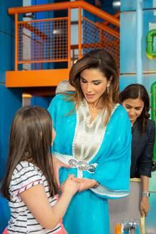 Denn zu ihrer königlichen Robe trägt Rania einen Taillengürtel, der ihrer schlanken Silhouette besonders gut schmeichelt. Sie ist einfach ein Profi, wenn es darum geht, modernen Stil mit Tradition zu verbinden.