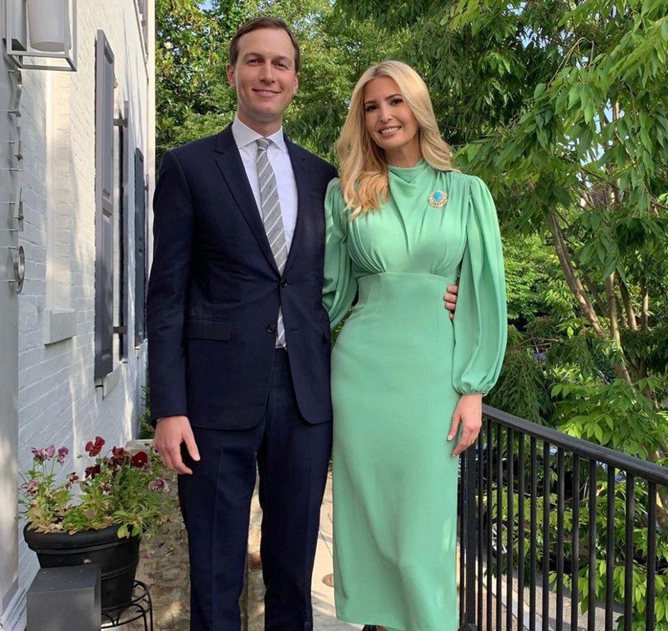 """Für die """"Internet Freedom Award""""-Gala entscheidet sich Ivanka Trump für ein Kleid, das ihre Taille besonders betont. Hier trifft enger Rock auf flatteriges Oberteil."""