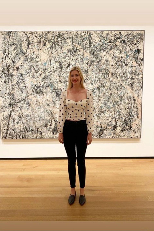 Vor einem Kunstwerk von Pollock in der National Gallery of Art verschmilzt Ivanka Trump fast mit dem Hintergrund. Ihr Polka-Dot-Oberteil passt sich den wilden Pinselstrichen des Malers hervorragend an.