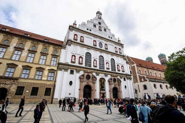 Vor Beginn der öffentlichen Trauerfeier für Hannelore Elsner warten Passanten und Medienvertreter vor der Münchner Kirche St. Michael. Die beliebte Schauspielerin war am 21. April 2019 in der bayerischen Hauptstadt nach kurzer, schwerer Krankheit 76-jährig gestorben.