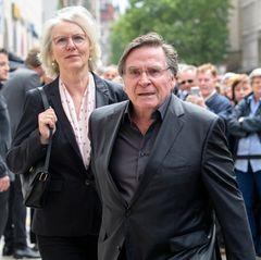Elmar Wepper ist mit seinerFrau Anitazur öffentlichen Trauerfeier gekommen.